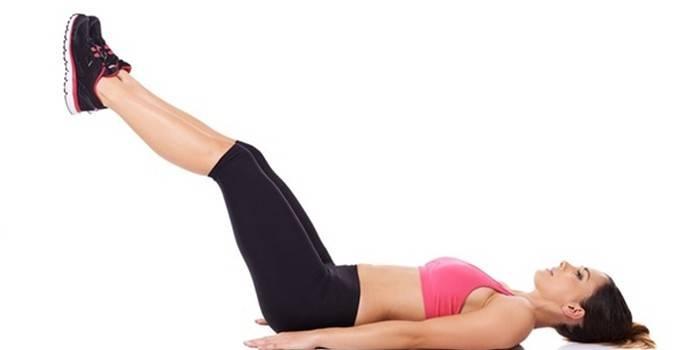 Девушка выполняет упражнение для мышц нижнего пресса