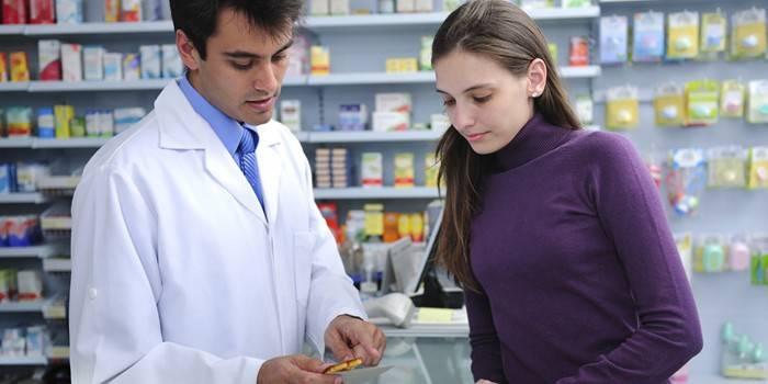 Аптекарь консультирует покупателя