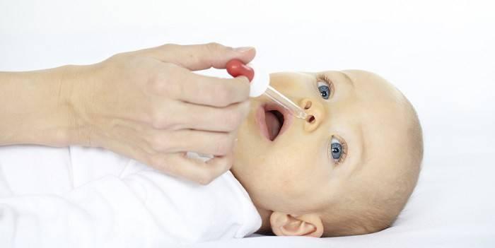 Ребенку закапывают капли в нос