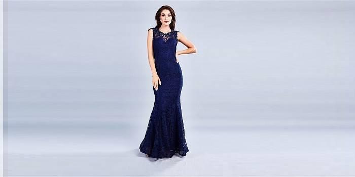 Облегающее синее платье с кружевом и открытой спиной