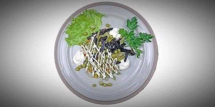 Салат Прага с грибами и зеленым горошком