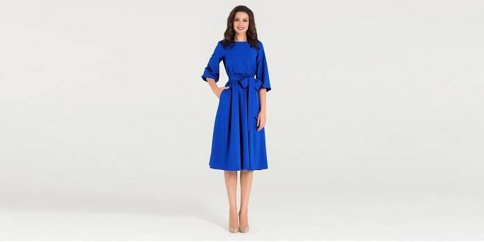 Девушка в синем повседневном платье с рукавом