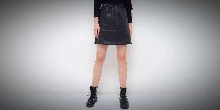 Кожаная черная юбка на резинке