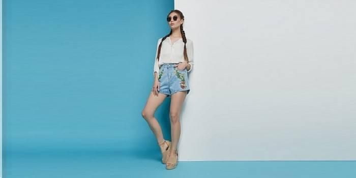 В джинсовых шортиках с вышивкой