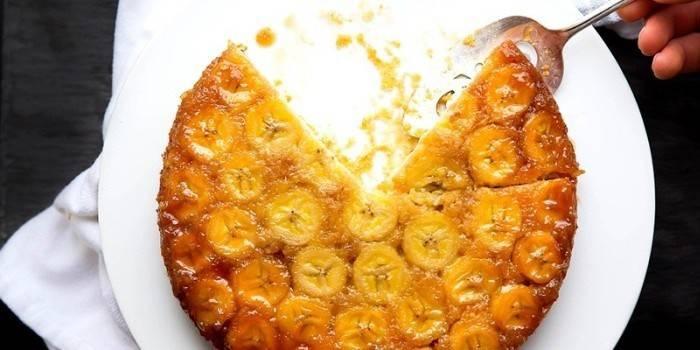 Готовый пирог из бананами на блюде