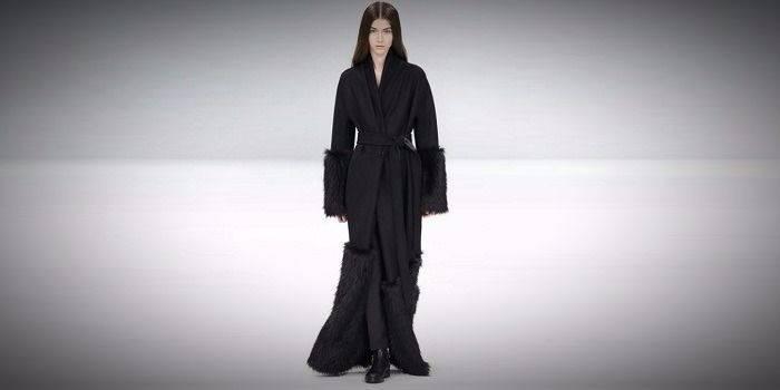 Черное длинное пальто без пуговиц с мехом