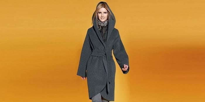 Укороченное пальто с запахом и капюшоном