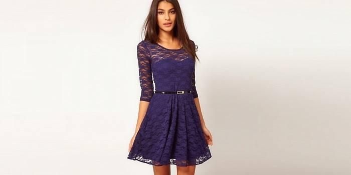 Девушка в кружевном коротком синем платье
