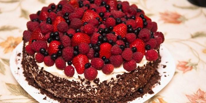 Украшенный ягодами сверху торт