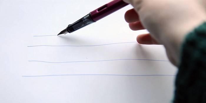 Человек расписывает перьевую ручку