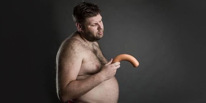 Мужчина с колбасой в руке