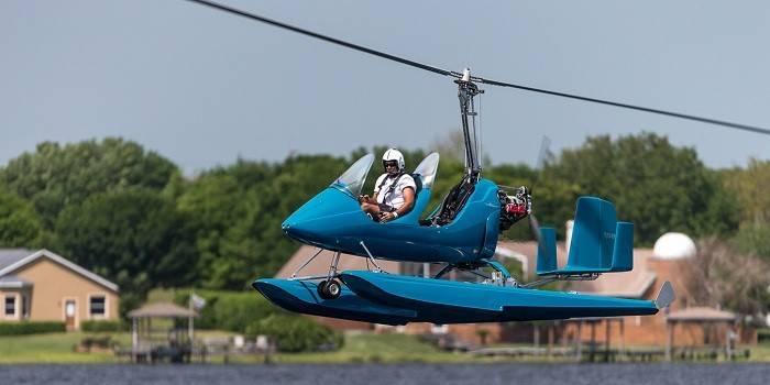 Мужчина пилотирует гидровертолет